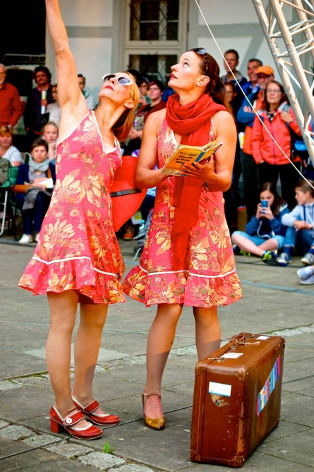 A funny aerial theatre with Sol´Air Company at the street theatre castle festival in Clemenswerth
