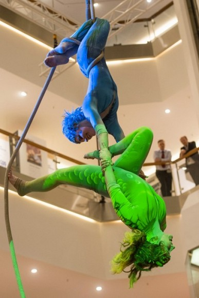 elements_circus_act_in_the_rope_in_a_shopping_centre