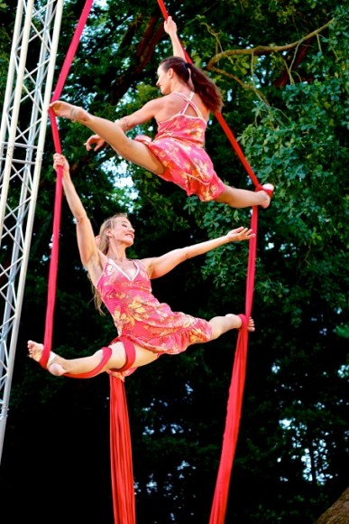 cyrus_city_festival_in_poperinge_be_with_many_cabaret_acts_as_well_present_circus_theatre_with_aerial_acrobatics_from_sol_