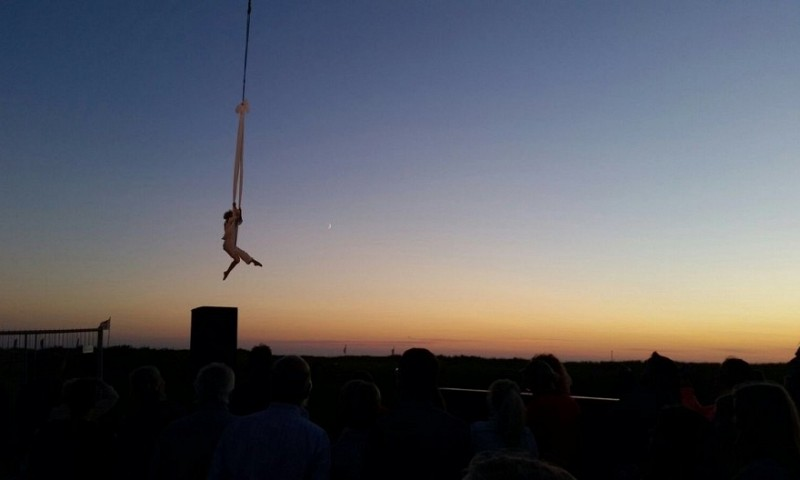 cirque_de_dunes_noordwijk_an_aerial_symphony_a_festival_an_acrobat_and_great_cabaret_theater_in_the_sun_shine_