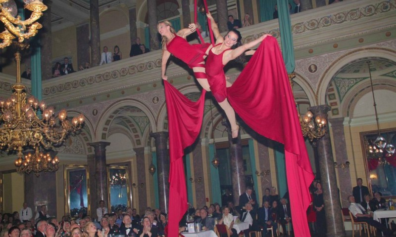 circus_show_at_new_year_s_eve_gala_with_sol_air_aerial_artistic_in_the_chandelier_hall_of_bad_ems